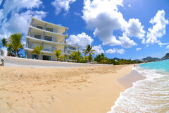 Beachside karibisk villa Arkivfoto