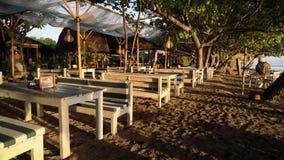 Beachsiderestaurant met houten banken en lijsten aangaande zonsopgang stock video