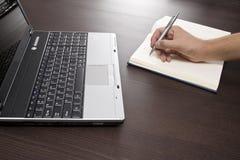 Beachten Sie das Nehmen und Laptop Lizenzfreies Stockfoto