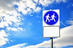 Beachten Sie Zeichen und Himmel Lizenzfreies Stockfoto