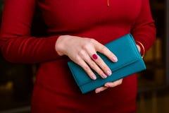 Beachtliche Frau, die Geldbörse hält Lizenzfreie Stockbilder