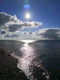 Beachview com c?u ensolarado fotografia de stock royalty free