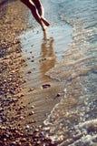Beachwalk med fotspår arkivfoto