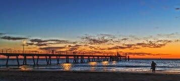 Beachwalk under solnedgång Royaltyfri Bild