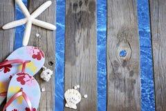 Beachwear στο εν πλω υπόβαθρο διακοπών διακοπών αποβαθρών στοκ φωτογραφία με δικαίωμα ελεύθερης χρήσης
