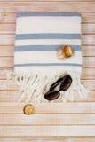 Beachwear σύνολο γυναικών, υπερυψωμένο, στο ξύλινο υπόβαθρο στοκ εικόνα με δικαίωμα ελεύθερης χρήσης