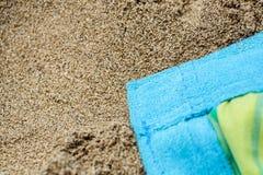 Beachwear variopinto di estate asciugamano sulla spiaggia di sabbia fotografia stock libera da diritti