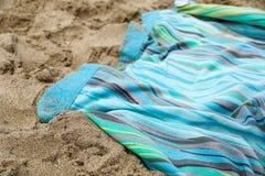 Beachwear variopinto di estate asciugamano sulla spiaggia di sabbia immagini stock