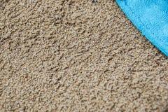 Beachwear variopinto di estate asciugamano sulla spiaggia di sabbia immagini stock libere da diritti