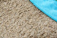 Beachwear variopinto di estate asciugamano sulla spiaggia di sabbia fotografie stock libere da diritti
