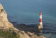 Beachy huvudklippor, East Sussex, England, UK - fyren och de blåa haven royaltyfri foto