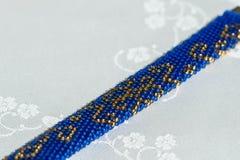Beaded virkade armbandet med orientaliska prydnader arkivbilder