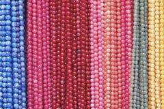 beads färgrika halsband arkivfoton