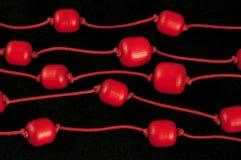 beads rött trä arkivfoto