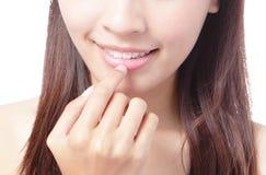 beaitiful χαμόγελο χειλικών στομάτων χεριών κοριτσιών Στοκ Εικόνες