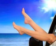 Beaitiful kobieta iść na piechotę przeciw lata niebieskiemu niebu i morzu Wakacje, podróż wakacji letnich pojęcie Kobieta pokazuj fotografia royalty free