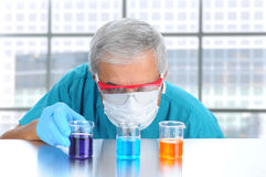 beakers рассматривая жидкостного научного работника Стоковая Фотография RF