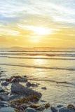 Beal海滩岩石和海带日落 免版税库存照片