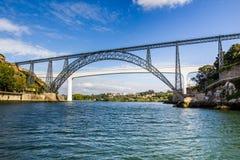 beam den metalliska porto portugal för broar floden Royaltyfria Foton