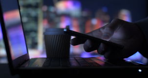 Beambte Bedrijfspersoon die mobiele telefoon in bureau texting stock videobeelden