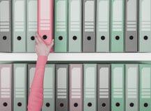 Beambte die een omslag in het archief nemen stock foto's