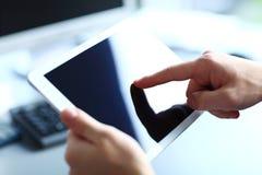 Beambte die een touchpad gebruiken om statistische gegevens te analyseren Stock Afbeeldingen
