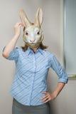 Beambte die masker dragen stock afbeeldingen