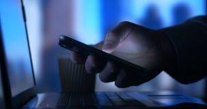 Beambte het Bedrijfspersoon typen op laptop die mobiele telefoon in bureau controleren stock footage