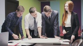 Beambten die een project bespreken Statisch Schot stock footage