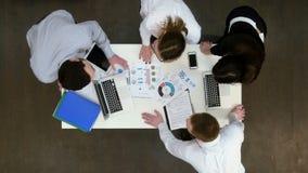 Beambten die ideeën voor bedrijfspresentatie bespreken stock video