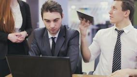 Beambten die laptop en het bespreken bekijken stock footage