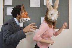 Beambten die rond in maskers voor de gek houden stock foto