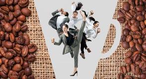Beambten springen geïsoleerd op studioachtergrond stock foto