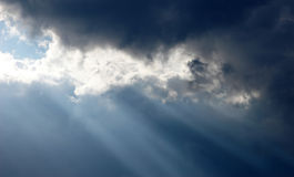 beams skyen Arkivbilder