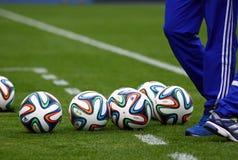 Beamter FIFA Bälle mit 2014 Weltcupen (Brazuca) Lizenzfreies Stockbild