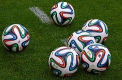 Beamter FIFA Bälle mit 2014 Weltcupen (Brazuca) Lizenzfreie Stockfotografie