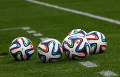 Beamter FIFA Bälle mit 2014 Weltcupen (Brazuca) Stockfoto
