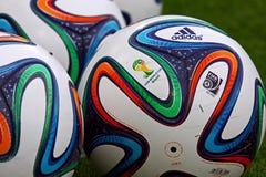 Beamter FIFA Bälle mit 2014 Weltcupen (Brazuca) Lizenzfreies Stockfoto