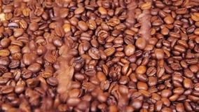 bean śniadanie kawa ideał wyizolował makro nadmiar białych Zakończenie Wzdłuż kawowych fasoli Unosić się nad smażącą kawą zdjęcie wideo