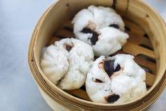 Bean Bun preto cozinhado em um prato de bambu na tabela fotos de stock