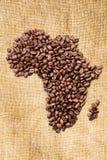 Bean Coffee entier La découpe du continent de l'Afrique est faite de grains de café sur la toile de jute de jute images libres de droits