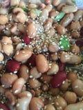 Bean-Salat überstiegen mit Samen des indischen Sesams Stockfotos