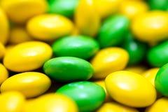 Bean Shaped Confectionery Macro amarelo e verde fotografia de stock