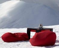 Bean-Taschenstühle und -tabelle Café im im Freien am Skiort Lizenzfreies Stockfoto