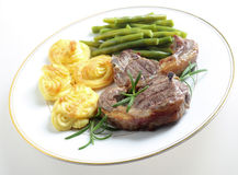 Beand et pommes de terre de côtelettes d'agneau Photo stock