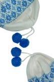 Beanie With Two Blue Pompom femminile tricottato bianco ha isolato Immagini Stock
