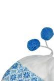 Beanie With Two Blue Pompom femminile tricottato bianco ha isolato Immagini Stock Libere da Diritti