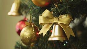 Beanspruchen Sie Fokus Weihnachtsdekorationen und elektrische Lichter auf Baum stark stock footage