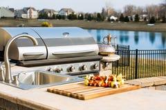 Barbecue et évier extérieurs de cuisine Photographie stock