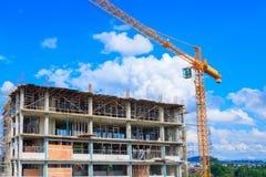 bearbeiten Sie Bau, wenn Sie hohen Standort und die Turmkranarbeit errichten, die mit Kopienraum im Freien ist Lizenzfreie Stockbilder